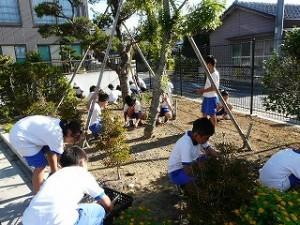 3年生と4年生による奉仕活動\