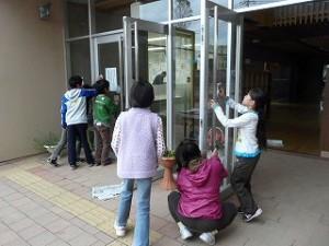 今日の奉仕作業は、玄関の窓ふき作業です。\
