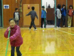 2年生と5年生が体育館のモップがけを行いました。とてもきれいになりました。\