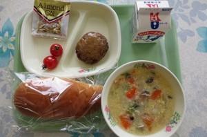 ミルクパンとハンバーグ、プチトマト、卵スープ\