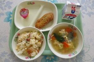 コーンピラフと白身魚のバジルフライ、卵スープ、ミニマンゴープリン