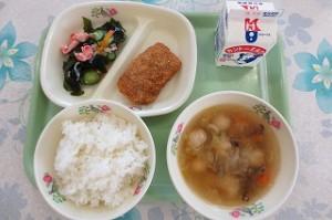 イカごまフライとワカメのサラダ、鶏団子スープ\