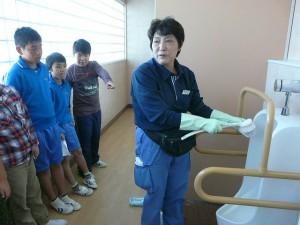 高学年はトイレの掃除の仕方も教わりました。\\