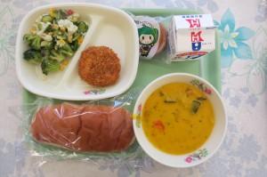 ミルクパン、クリスピーフライドチキン、ブロッコリーサラダ、パンプキンシチュー、かぼちゃのタルト\