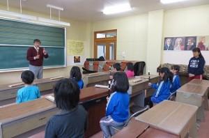 子ども達は,リコーダーの先生のお話を聞き漏らすまいと姿勢良く集中して聞きました。\