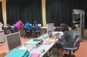 右の教師用パソコンにいらっしゃるのが山口先生です。\