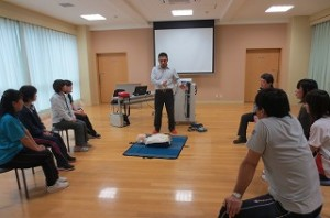 ALSOKの 田辺 斉 さんから心臓マッサージやAEDについて実践をまじえて詳しく教えていただきました。\