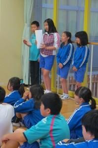 この写真は,運営委員会の子ども達が司会をしている様子です。\