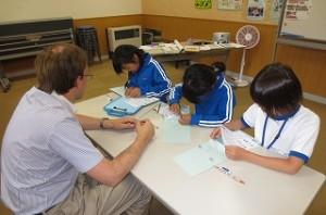 4年生が英語活動で初めて英語を書く学習をしました。\\