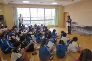 4校時,全校遠足の事前指導が行われました。子ども達の心は楽しみでウキウキ。でも,ルールを守ってみんなが楽しく行ってこれるようにきちんとお話を聞いています。\