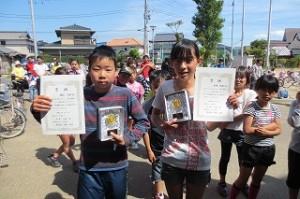 この二人は6年間参加して6回とも走り抜いたそうです。賞状と盾が贈られました。おめでとう!!!\