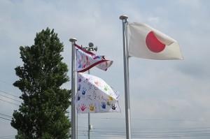国旗の脇に,5年生の団旗が増えました。上が6年生,下が5年生です。\