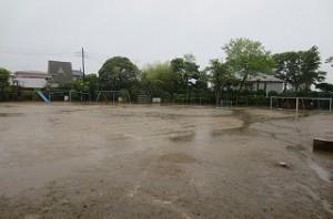 豊津小の雨のグラウンドです。\