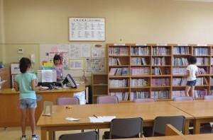 4年生が図書室で読書をしていました。\