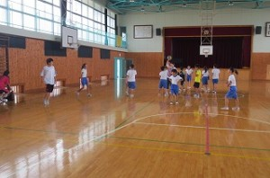 ?年生は体育館でドッジボールをして遊んでいます。\