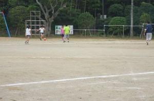 5年生が担任の先生とサッカーをして遊んでいます。\