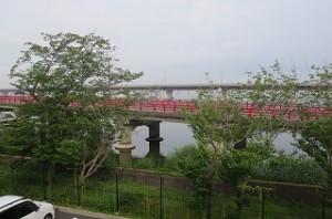 神宮箸の欄干が赤く塗られとてもきれいです。\