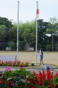?年生の日直が国旗を掲揚しています。\
