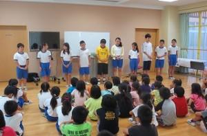 ?年生が,全校の前で自己紹介をしています。日頃ジンク先生と英語活動をした成果が出ています。\