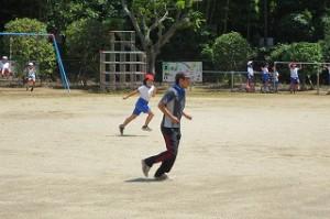 一輪車やブランコ,サッカーや追いかけっこをして遊んでいました。\