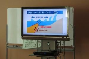 津波のメカニズムを説明している画像です。子ども達は真剣に見ていました。\
