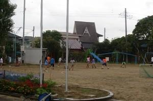 ふれあいタイム(いつもの昼休みの2倍)で4・5年生がドッチボールで遊んでいます。体育館で2・3年生が遊び,?年生はランチルームでリズム体操,1年生は教室でゲームをして遊びました。\