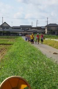 千葉県立水郷小見川少年自然の家に着いて入所式の後ウォークラリーをしました。5グループで行いましたが,道に迷い3グループが仲良く帰って来ました。写真はその様子です。\