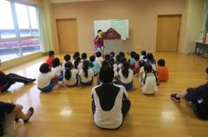 子どもたちは真剣に見ています。古賀さんにはいつもお世話になっています。ありがとうございます。\