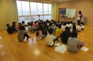 音楽会(鹿嶋市教育会)の全校練習が始まりました。練習の仕方や方法などの説明がありました。この後発声練習をして,音楽室へ移動してみんなで合唱しました。\