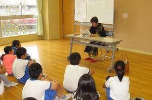 古賀先生のリズミカルな朗読に子どもたちは引き込まれています。\