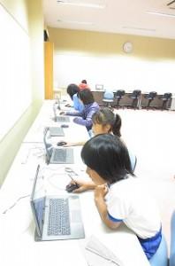 「実験・科学・野外観察」クラブ」,実験の計画をパソコンで立てています。\