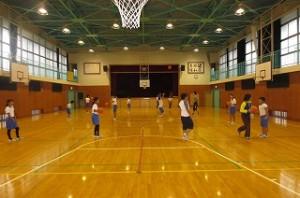 「スポーツ」クラブ,バスケットをしています。\