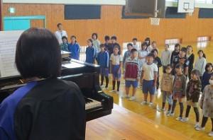 ピアノに合わせて真剣に歌いました。\\