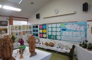 左から2年生のタイル作品,5年生の家庭科作品,?年生の作文,1年生の硬筆(クジラ雲)作品です。全校児童の作品が飾られました。\\\\