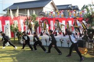 「よさこいソーラン」を踊ってます。ステージ下の子ども達は豊津小の?年生です。飛び入り参加で盛り上げているシーンです。\\\\