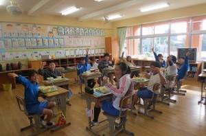 ?年生の教室です。子ども達は,「カレー最高!」と言って食べ始めていました。\
