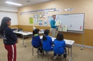 今日は,3年生から?年生までの英語活動がありました。写真は,4校時の4年生の英語活動の様子です。楽しんで活動していました。\