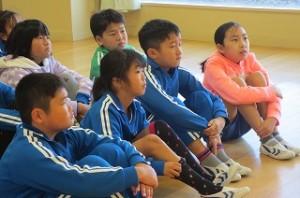 古賀さんの上手な読み聞かせに子ども達が引き込まれています。\