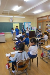 始めに教室で歓迎の言葉が有り,次に劇を交えた算数クイズをしました。カンガルーキッズの子どもたちも全員正解しました。\