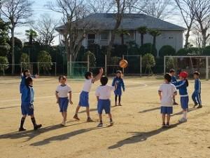 1年生はドッジボールを楽しんでいます。他の学年は,体育館にいます。\