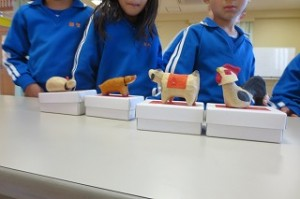 干支の首振り人形を見せて下さいました。給食にゼリーが出てその蓋に干支が描かれてあり,子どもたちは早速「子丑寅・・・」と唱えていました。\\