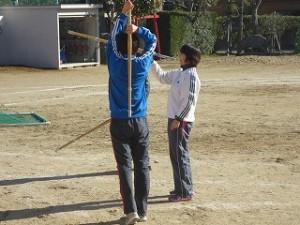 ?年生の男子が担任と剣道の素振りをしています。楽しそうです!\
