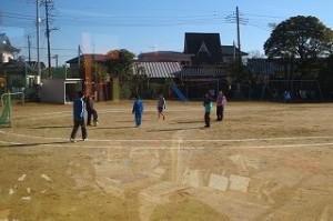 昼休み,?年生は男女仲良くミニサッカーをして楽しんでいました。\\