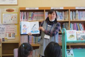 4・5年生が5時間目に学校図書館の藤井先生に読み聞かせをしてもらいました。\