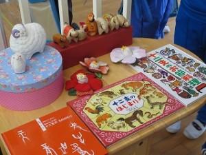 古賀さんが子どもたちのために展示してくださってます。休み時間子どもたちも眺めたり,手に取ったり,本を読んだりしています。\