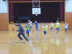 写真を撮りに行くと,なぜかバスケットをして楽しんでいました。スポーツチャレンジは・・・?と思いましたが「楽しんでいることは,なによりなにより」と思いました。\