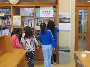 お昼休み、本を借りに来た子どもたちを写しました。たくさん読んでね!!\