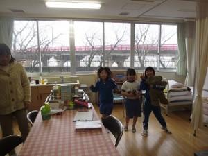一年生の女子3人は,保健室で猪股先生と楽しく過ごしました。\\
