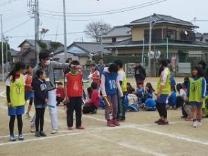 全校児童・全職員が校庭に出て4つの範囲別れ勝負しました。先生達はコーチです。\