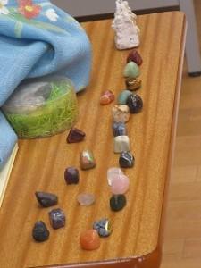 お父さんである主人公は,最後に石の博物館の館長さんになりました。古賀さんは,たくさんの種類の磨かれて美しくなった石を見せてくださいました。そして,「好きなことを見つけて一生懸命打ち込んで輝く人になってください」とお話ししてくださいました。\\\